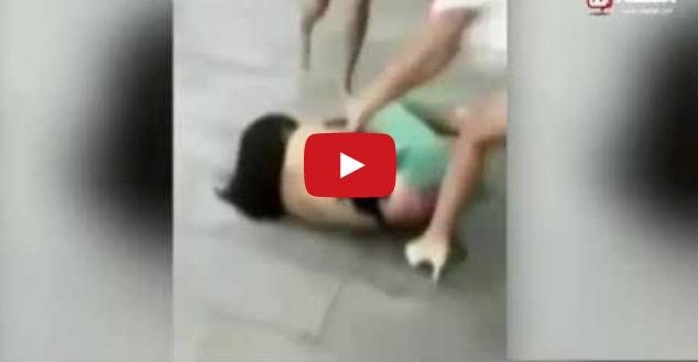 تجريد امرأة من ملابسها مع الضرب بالكعب العالي في احد الشوارع الصينية