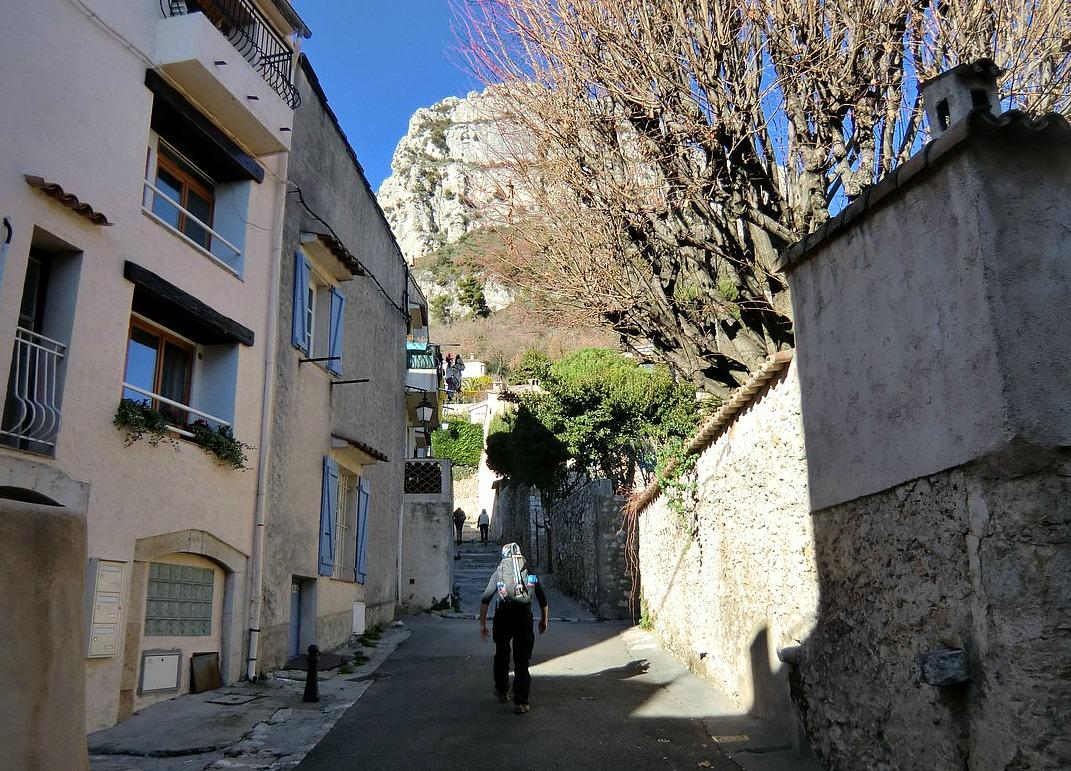 Following-GR51-Baou-St-Jeannet-in-background