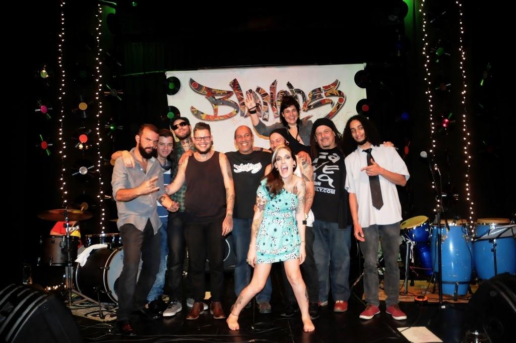 Ao fim do show, a banda comemorou ao lado do Secretário de Cultura, Arnaldo Almeida, e dos convidados especiais