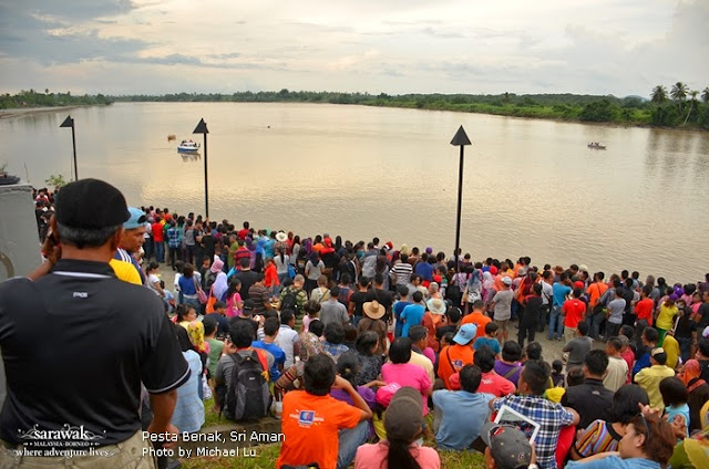 Massive crowd gathered to watch the last tidal bore of the day at Sri Aman  | Sarawak Malaysia Borneo
