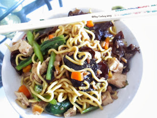 Fried_vegetarian_noodles_in_small_bowl