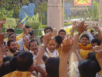 Jagadguru Kripaluji Maharaj with devotees