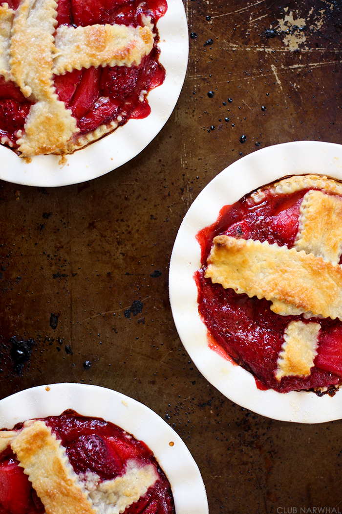 Mini Strawberry Rhubarb Pies | Club Narwhal #pie