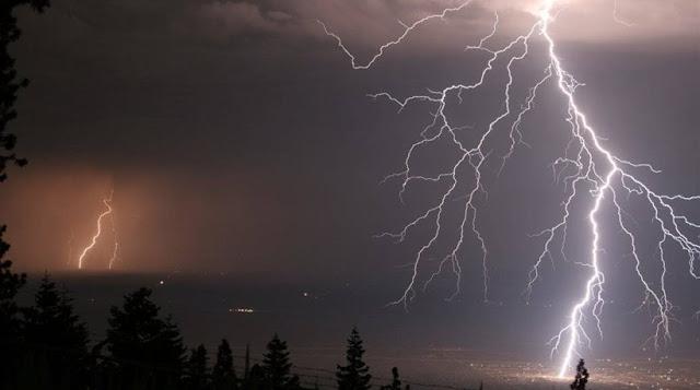 Επικίνδυνα καιρικά φαινόμενα σε όλη τη Νότια Ελλάδα, η Αττική σκοτείνιασε - Βροχές και καταιγίδες σε όλη την χώρα