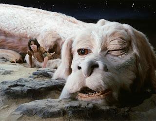 Fotograma de la película La historia interminable en la que aparece el dragón blanco de la fortuna y Bastian