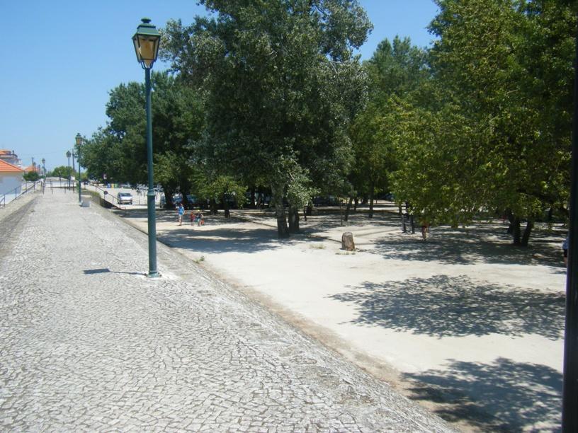 Mura a separar Valada do Parque de Merendas