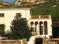 Detall del cantó oriental de la façana principal de Ca n'Oliveres