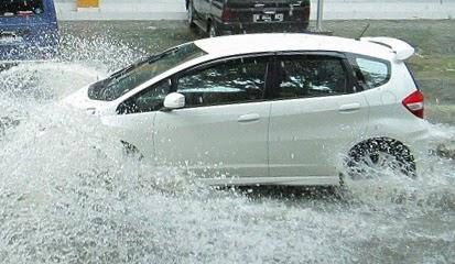 Tips dan Cara Aman Mengemudikan Mobil Melewati Banjir