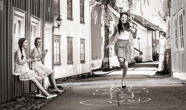 jugando, niñas, saltar, adolescentes
