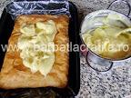 Cremsnit preparare reteta - intindem crema de vanilie pe foitaj