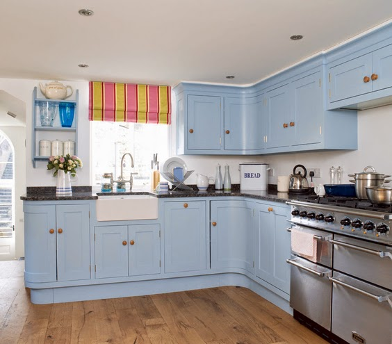 Une touche de couleur bleu assez prononcé qui redonne à la cuisine une ambiance chaleureuse et douce