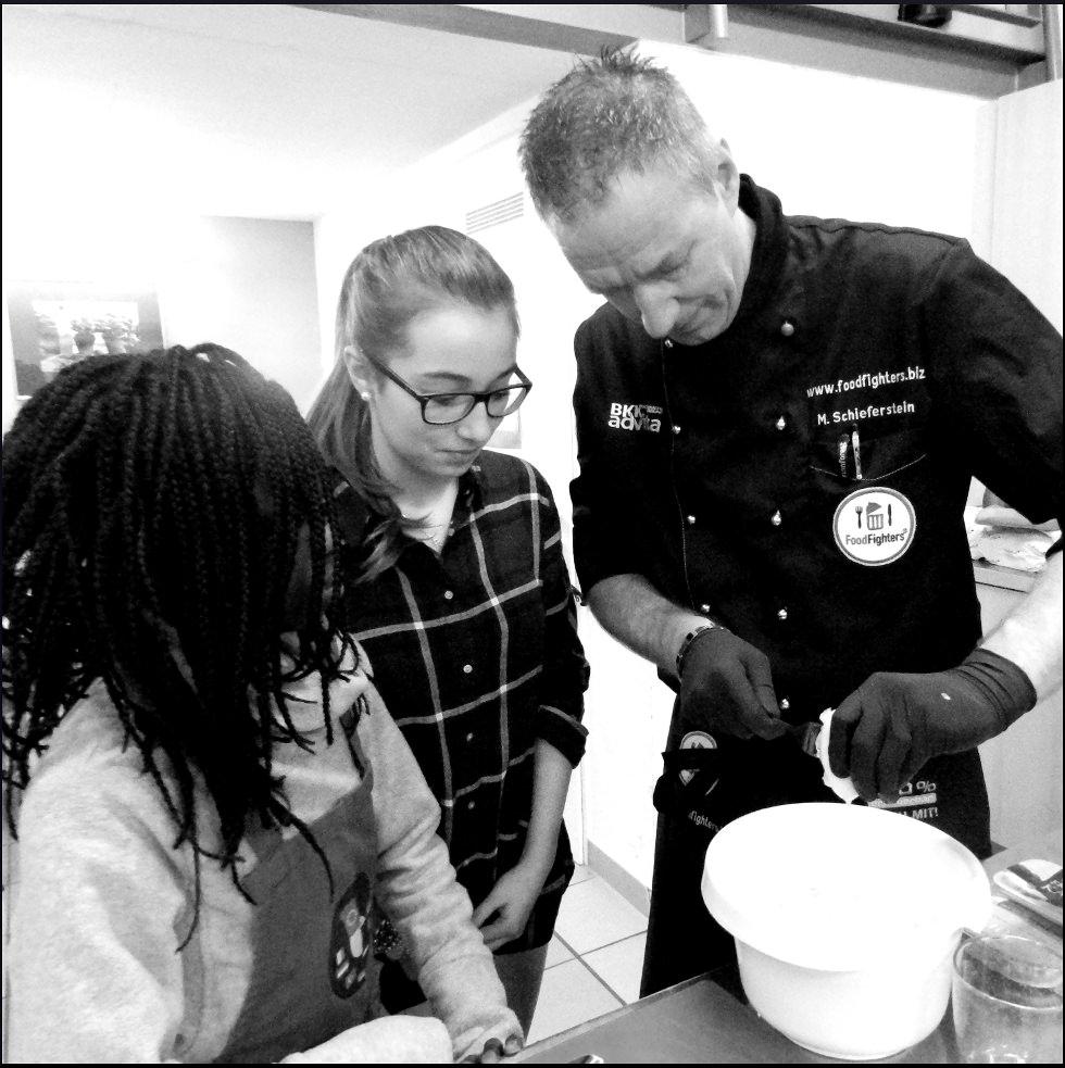 Foodfighter und Gastronom Michael Schieferstein mit Schülern.