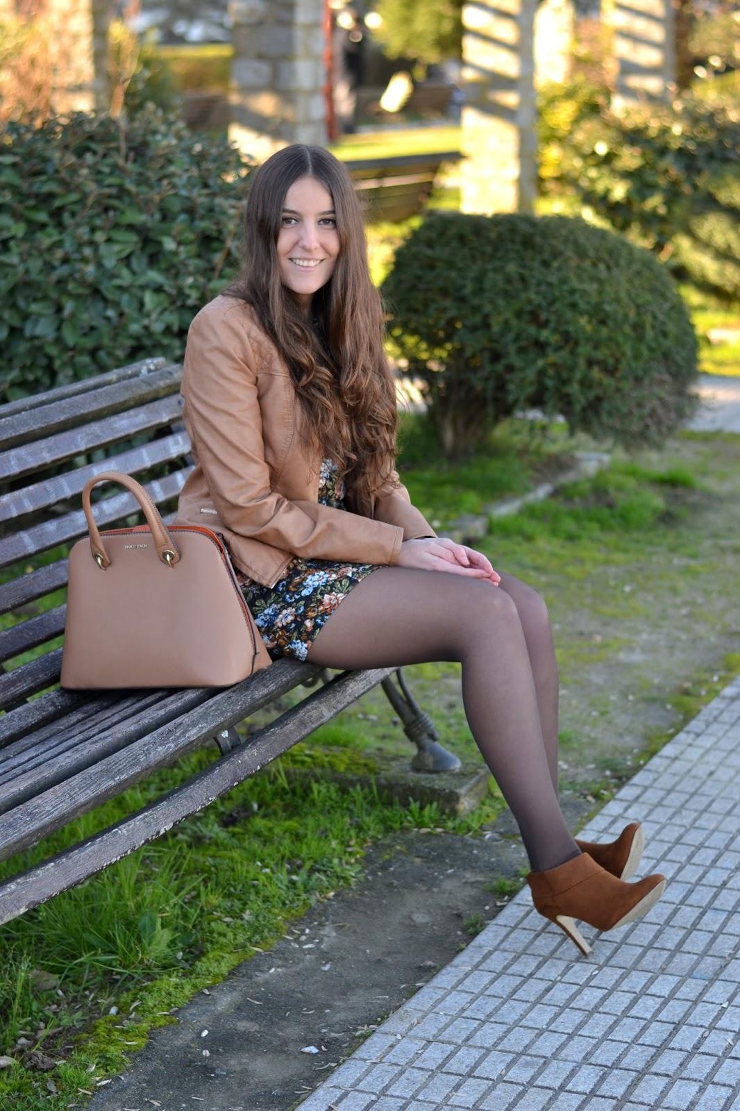 biker marrón, vestido de flores y botines marrones