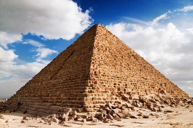 ¿Cuál cultura utilizó por primera vez las pirámides?