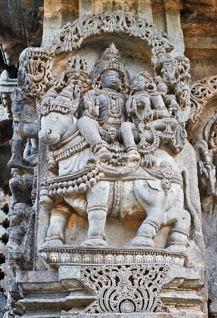 Image of shiva-parvati on the walls of the temple