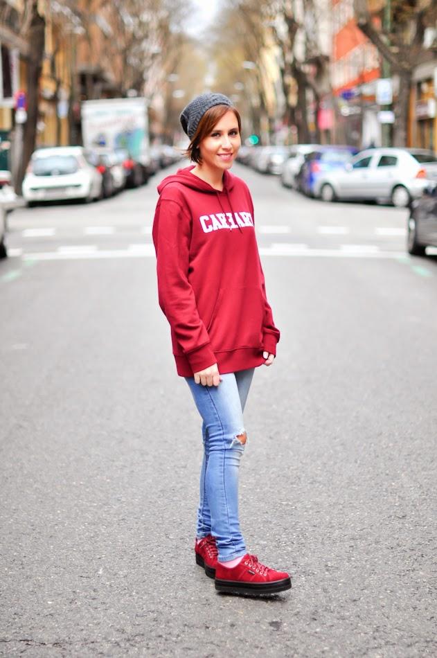 Look sport: ripped jeans + zapatillas con plataforma