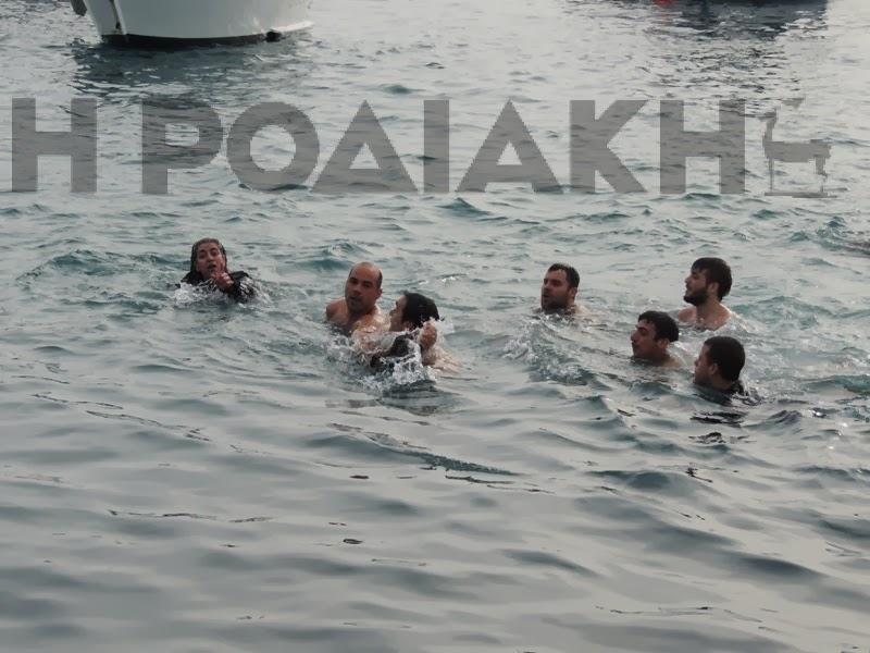 Δεν ξέρει ο κόσμος τι να κάνει για να ακουστεί το πρόβλημα του! Έπεσε στην Θάλασσα να πιάσει τον Σταυρό!