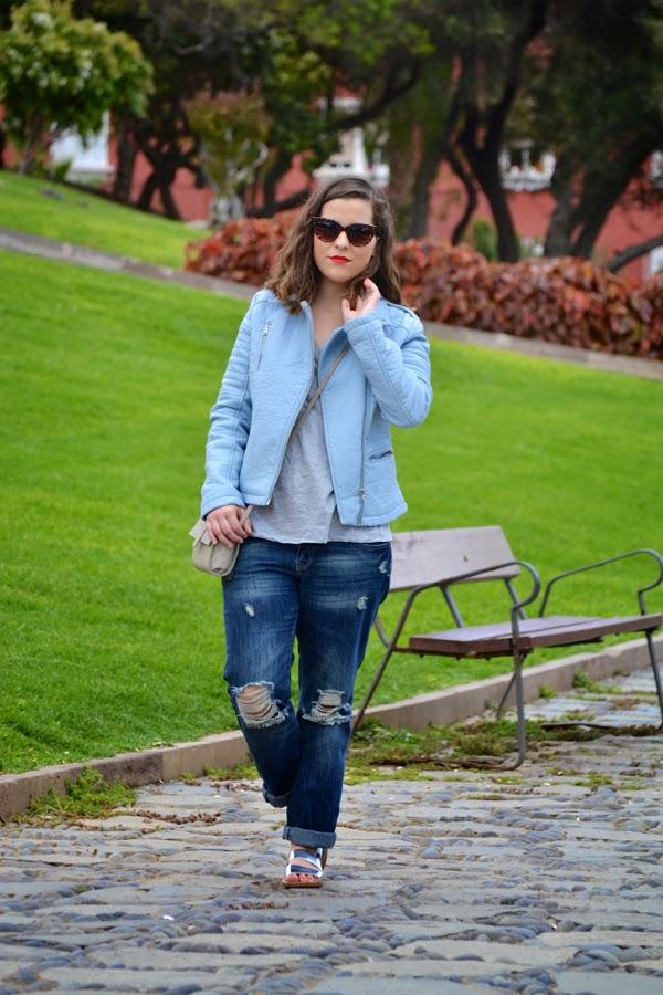 look_outfit_cazadora_azul_bebe_sandalias_plateadas_boyfriend_jeans_lolalolailo_01