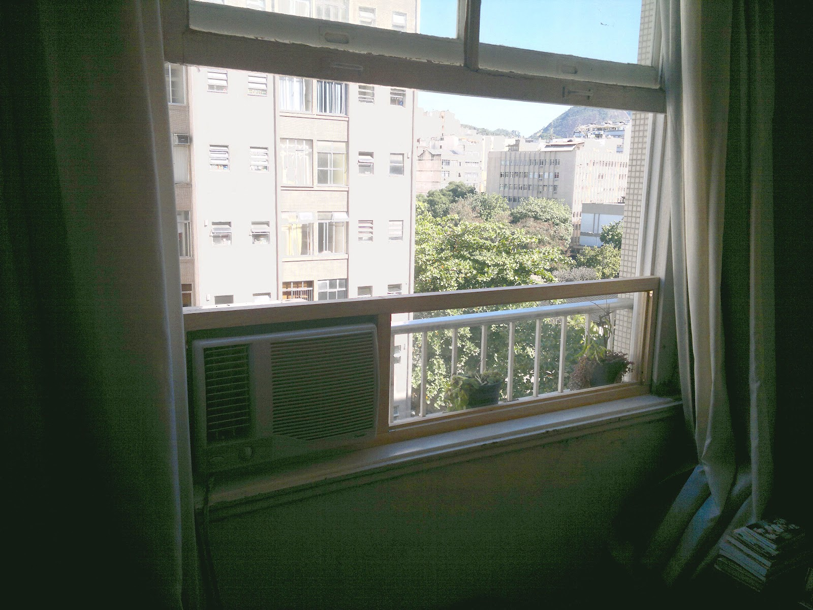 #4E647D Janelas guilhotinas levantadas e o ar desligado 4212 Instalar Ar Condicionado Janela Apartamento