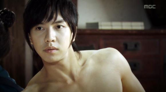 Lee Seung Gi cởi áo khoe ngực trần vạm vỡ 1