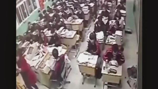 بالفيديو حادث مروع.. تلميذ صيني ينتحر أمام زملائه في الصف