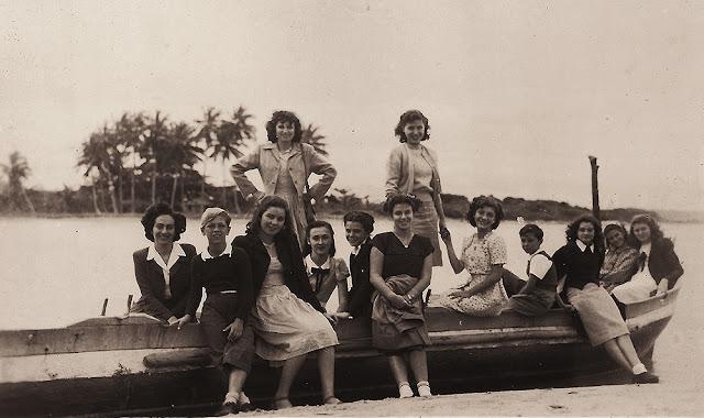 Estudantes em pesquisa, Nova Almeida, Serra, ES, anos 40.