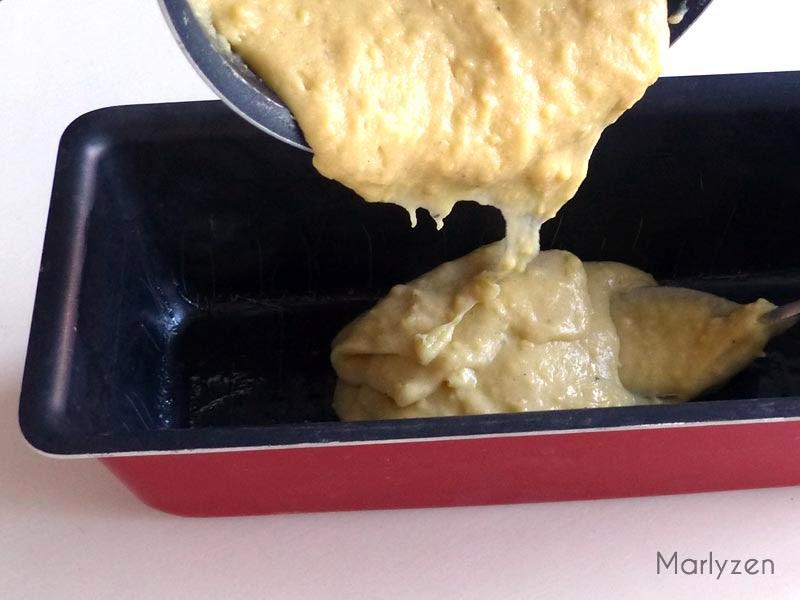 Versez le mélange dans un moule à cake huilé.