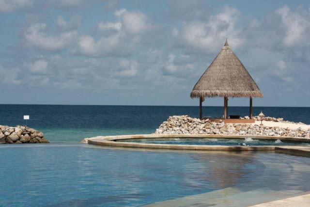 Piscina en Maldivas – Vivanta by Taj Coral Reef Maldivas
