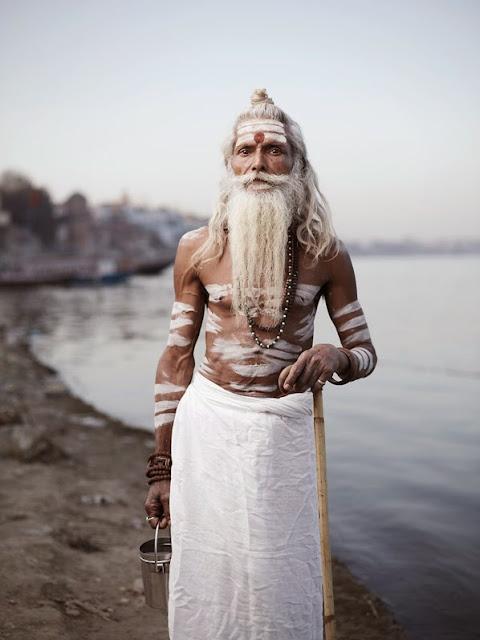 sadhu photographié joey L inde benares fleuve gange