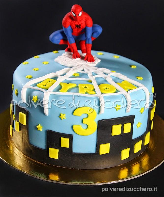 uomo ragno, spiderman, torta decorata, pasta di zucchero, cake topper, statuina, polvere di zucchero