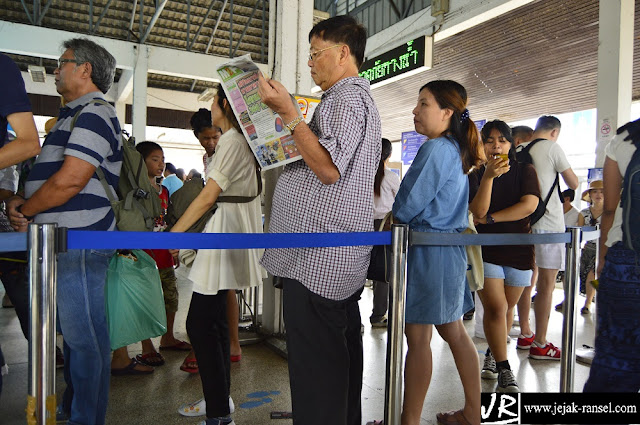 """Antrian Boat Chao Sungai Praya"""