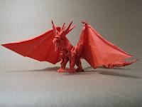 Origami de Dragão feito com papel vermelho