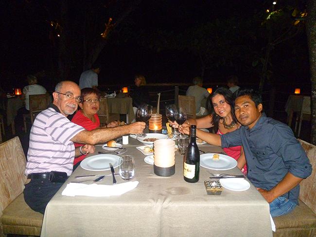 Brindis en el restaurante Chez Gado Gado de Bali