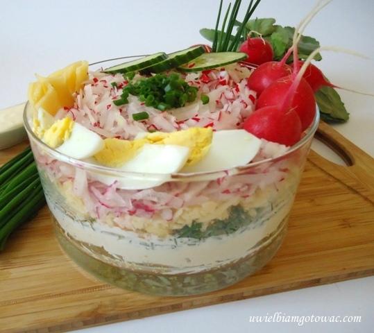 Sałatka warstwowa z rzodkiewką, jajkiem i szczypiorkiem