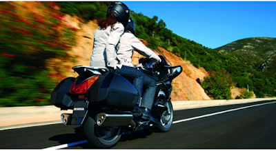Cómo llevar a un pasajero en una moto