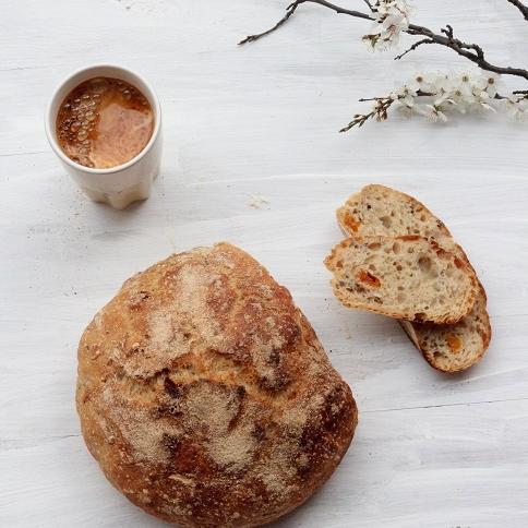 Chleb z ziarnami i morelami