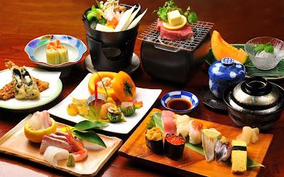 Platillos con comida del mar como salmón y camarones