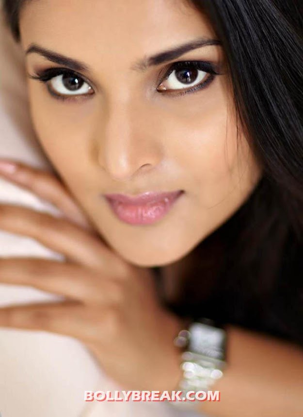 Divya Spandana eyes face close up - (6) - Divya Spandana Hot Photos