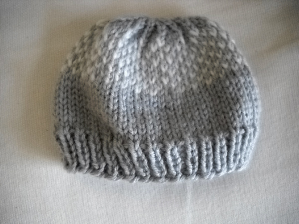 Knitting In The Round Baby Patterns : wiseknits: Flurries Newborn Hat - Free Pattern