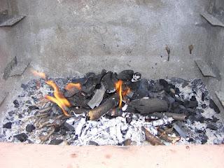 foc la gratar, foc la gratar cu lemne, foc la gratar cu carbuni,