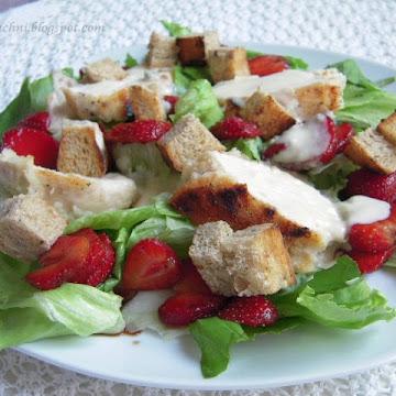 Wyśmienita sałatka z truskawkami, kurczakiem z sosem z sera z niebieską pleśnią i grzankami - Czytaj więcej »