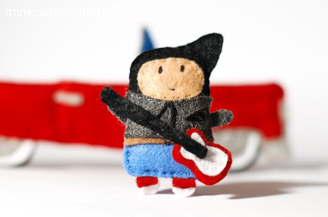 juguete para los peques niños jugar con muñeco de fieltro hecho a mano