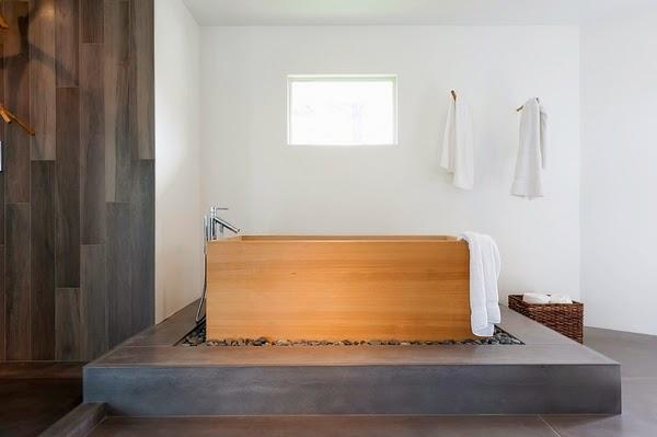 Salle de bain minimaliste avec une baignoire japonaise sur une plate-forme