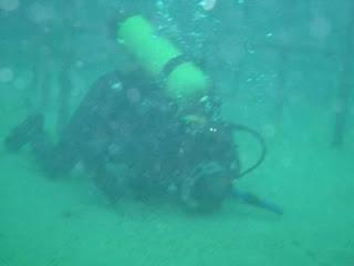 شاب يسجد تحت الماء