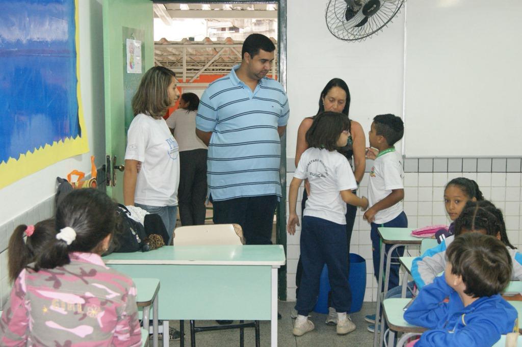 Alunos e professores da Escola Municipal  Profª Aclimea de Oliveira Nascimento, no Bairro de São Pedro, conversam com o Secretário Leonardo