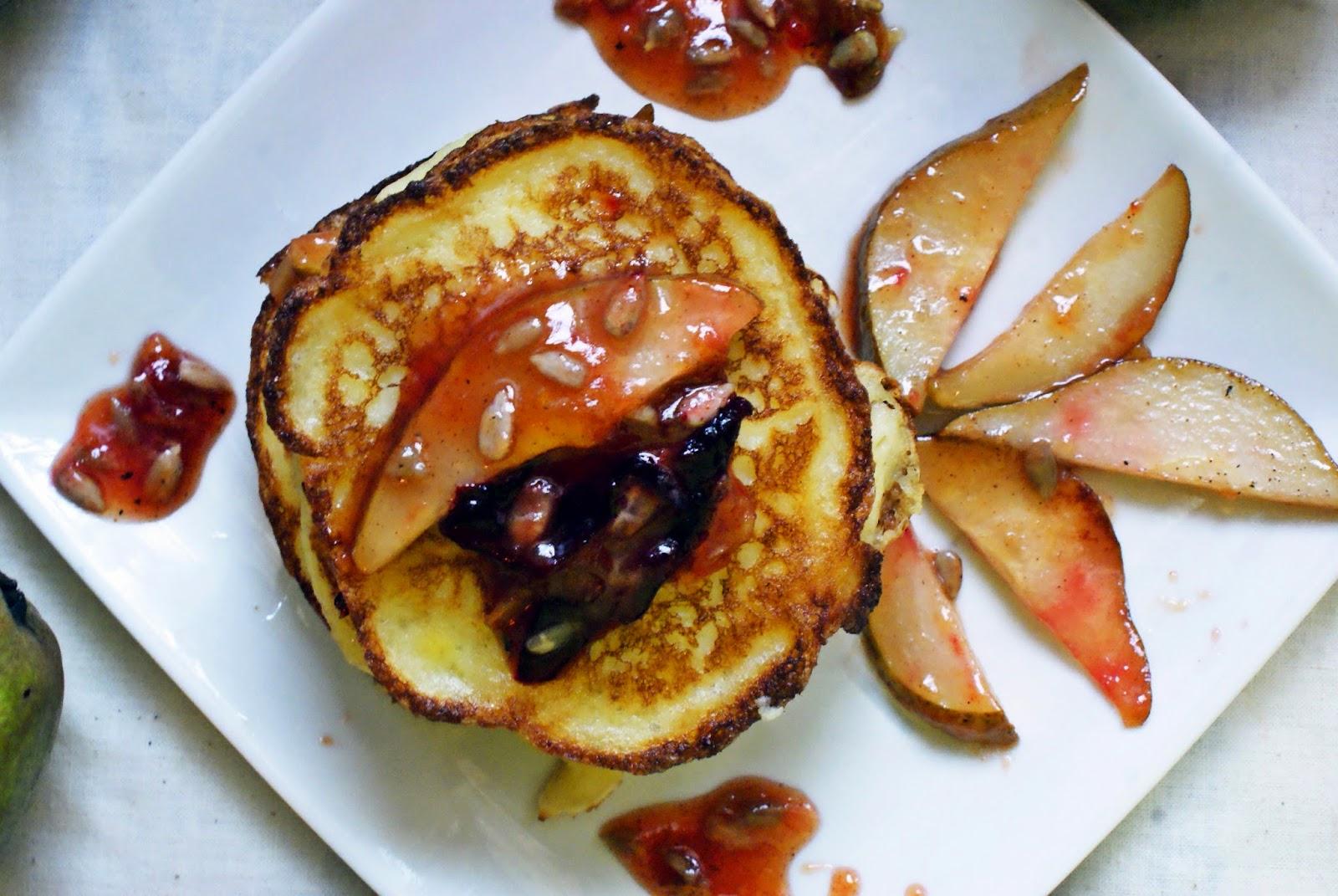 Kukurydziane pancakes z owocami karmelizowanymi w miodzie lipowym