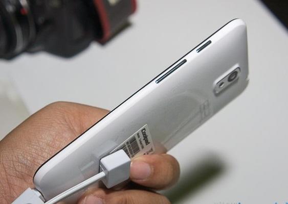 """Điện thoại """"siêu mỏng cánh"""" giá bình dân có mặt tại Việt Nam - 99259"""