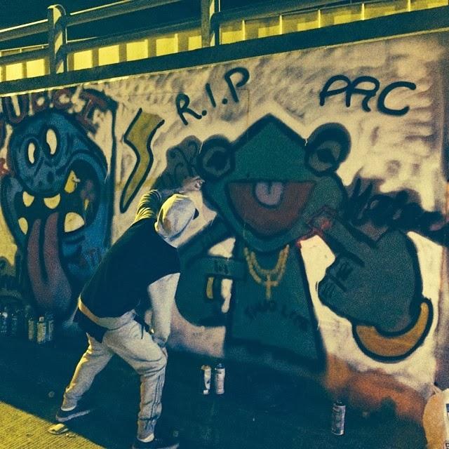 Justin Bieber haciendo graffitis