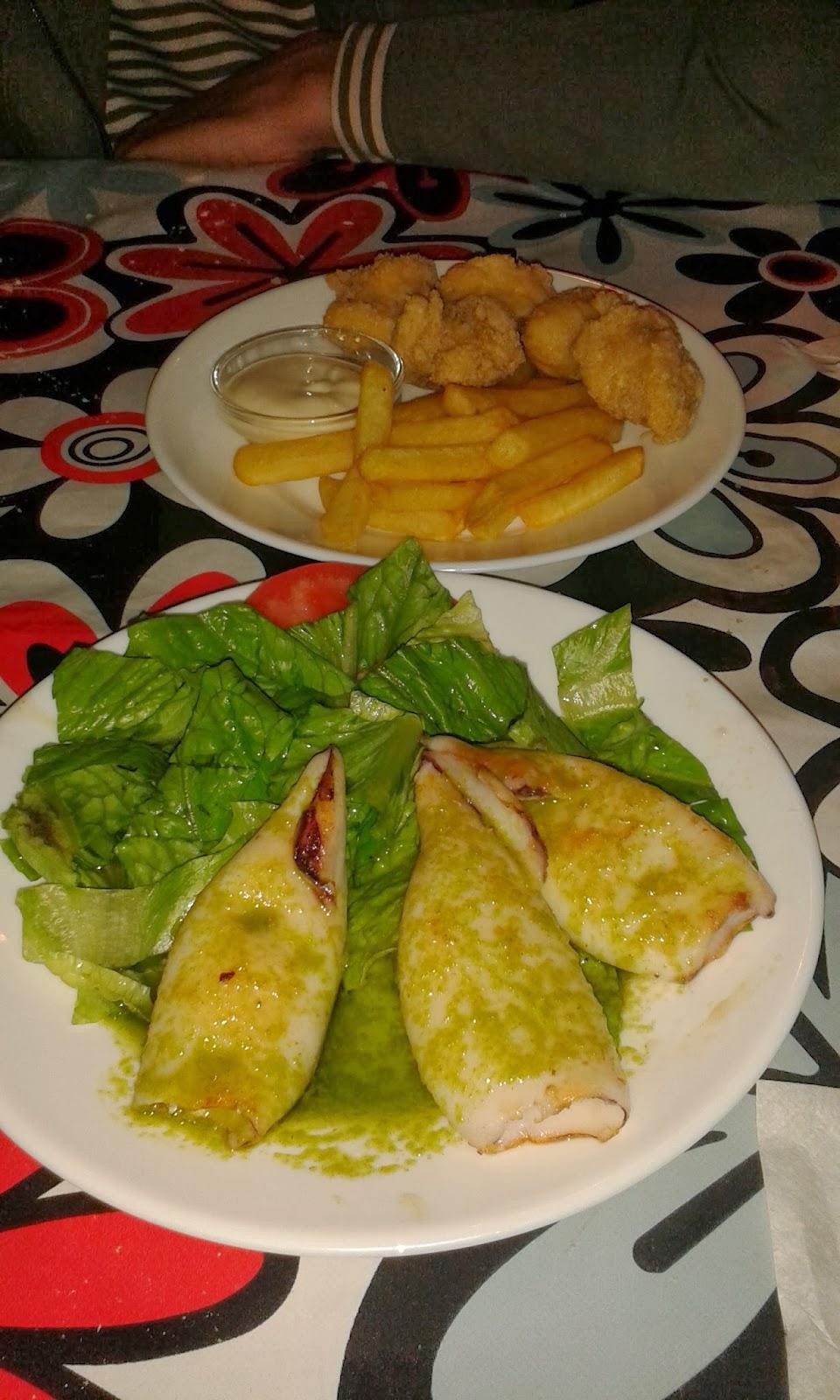 Huevas fritas y chipirones a la plancha. Restaurante Los Alcores.
