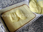 Prajitura cu vanilie preparare reteta - intindem crema pe prima jumatate a blatului